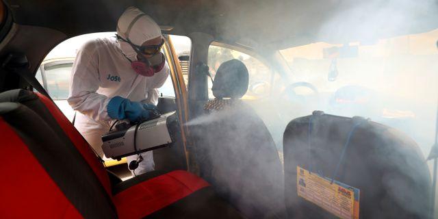 Virussanering av en taxi i Colombia. Fernando Vergara / TT NYHETSBYRÅN