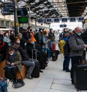 Fullsatt på tågstaden i Paris på fredagen. Michel Euler / TT NYHETSBYRÅN