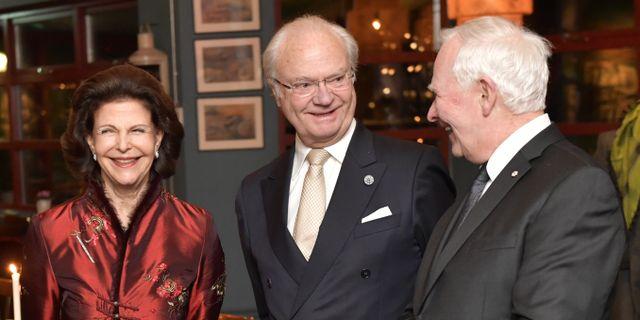 Kungen och drottningen, i mitten, tillsammans med guvernör David Johnston i samband med det kanadensiska statsbesöket i Sverige. Jonas Ekströmer/TT / TT NYHETSBYRÅN