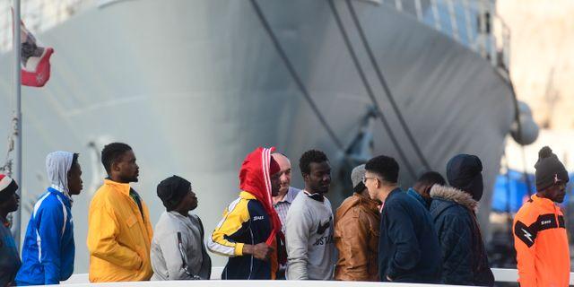 Migranterna går i land i Malta. Jonathan Borg / TT NYHETSBYRÅN/ NTB Scanpix