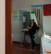 En kvinna lägger sin röst i Spanien. JORGE GUERRERO / AFP