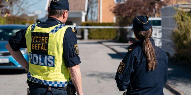 Polis och avspärrningar på Gunnesbo i Lund efter ett grovt brott på långfredagsmorgonen.  Johan Nilsson/TT / TT NYHETSBYRÅN