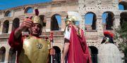 Utklädda gladiatorer utanför Kolosseum i Rom. Arkivbild. Virginia Mayo / TT NYHETSBYRÅN/ NTB Scanpix