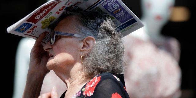 En kvinna i Italien under en värmebölja. Luca Bruno / TT NYHETSBYRÅN