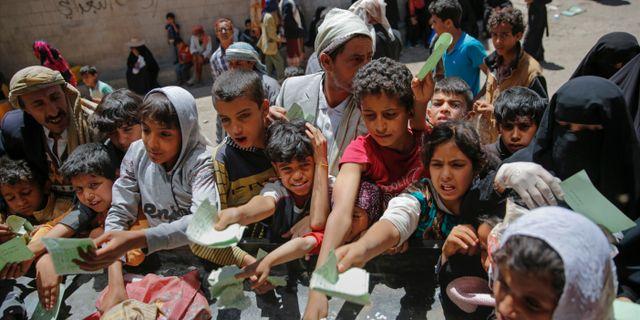Människor i Jemen huvudstad Sanaa köar till nödhjälp. Hani Mohammed / TT / NTB Scanpix