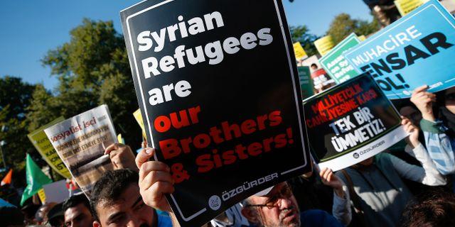 Demonstranter försvarar syriers rätt att stanna i Turkiet.  Emrah Gurel / TT NYHETSBYRÅN/ NTB Scanpix
