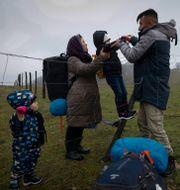 Afghanska familj tar sig över taggtråden i Velika Kladusa. Marc Sanye / TT NYHETSBYRÅN