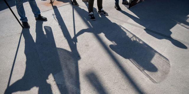 Skuggor av medlemmar i Nordiska motståndsrörelsen. Henrik Montgomery/TT / TT NYHETSBYRÅN