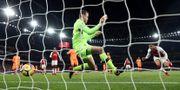 Arsenals Alexis Sanches gör mål. EDDIE KEOGH / TT NYHETSBYRÅN