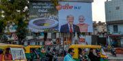 Affisch på Trump och Modi inför besöket i Ahmedabad. SAM PANTHAKY / TT NYHETSBYRÅN