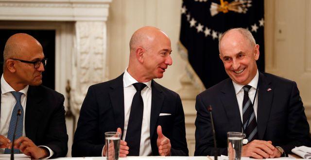Chris Liddell (längst till höger) under ett möte i Vita huset, tillsammans med Amazons Jeff Bezos (mitten) och Microsofts Satya Nadella (till vänster) Alex Brandon / TT / NTB Scanpix
