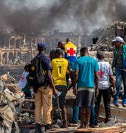 Människor betraktar förödelsen efter explosionen i Lagos. BENSON IBEABUCHI / TT NYHETSBYRÅN