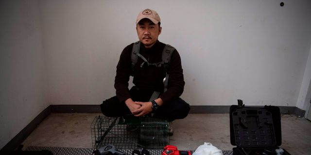 Sun Jinrong med utrustningen han använder för att hitta och fånga bortsprungna husdjur. NOEL CELIS / AFP
