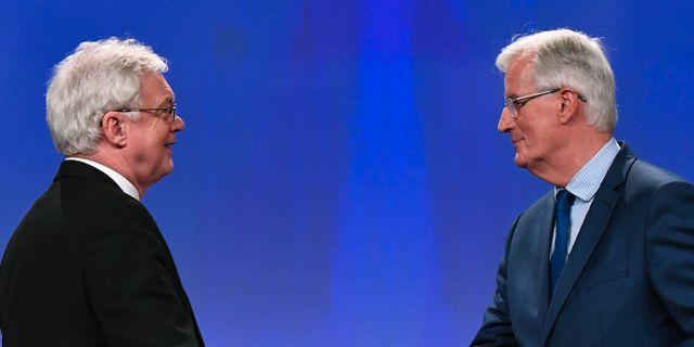 David Davis (till vänster) och Michel Barnier (till höger) under dagens pressträff EMMANUEL DUNAND / AFP
