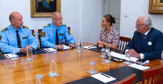 Kungen och kronprinsessan Victoria i möte med Mats Löfving, chef vid Polismyndighetens nationella operativa avdelning (NOA) och Stefan Hector, chef för den operativa enheten vid NOA.  Kungahuset