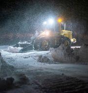 En hjullastare arbetar med att röja en väg från snö i Idbyn utanför Örnsköldsvik under snöstormen. Erik Mårtensson/TT / TT NYHETSBYRÅN