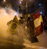 Protester i Perus huvudstad Lima.  Rodrigo Abd / TT NYHETSBYRÅN