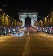 Champs-Élysées i kvällsskrud. Lewis Joly / TT NYHETSBYRÅN