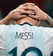 En besviken Messi efter en missad målchans i matchen.  JUAN MABROMATA / AFP