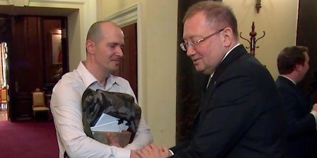 Rysslands Storbritannienambassadör Alexander Yakovenko och Charlie Rowley. TT NYHETSBYRÅN