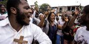 Katoliker sjunger och dansar under en demonstration mot president Joseph Kabila i Kinshasa.  JOHN WESSELS / AFP