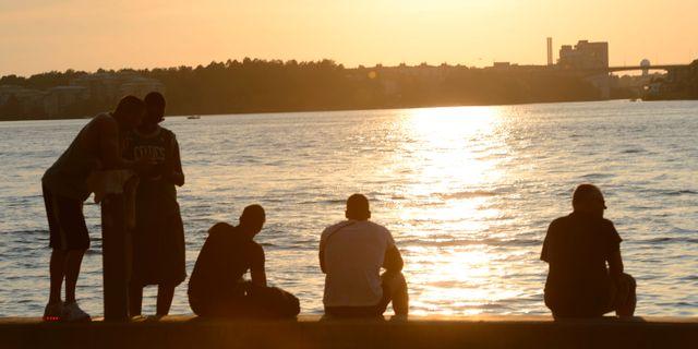 Folk begrundar solnedgången vid Hornsbergs Strand i Stockholm, arkivbild. MAJA SUSLIN / TT NYHETSBYRÅN
