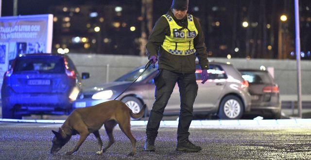 Polisinsats i samband med gängskjutningen på Circle K i Kungens kurva den 18 januari förra året. Claudio Bresciani/TT / TT NYHETSBYRÅN
