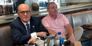 Giuliani tillsammans med en av affärsmännen. ARAM ROSTON / TT NYHETSBYRÅN