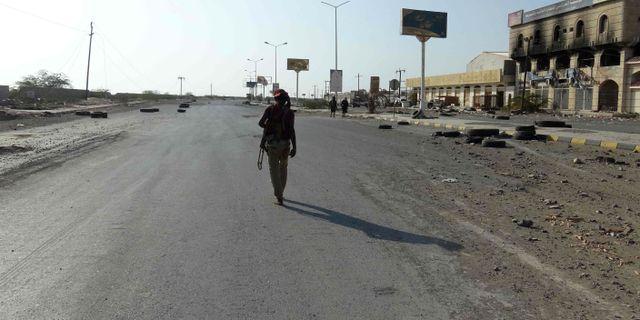 Soldat från de regeringsstödda styrkorna patrullerar på en gata i hamnstaden Hodeida - / AFP