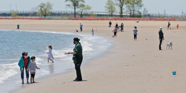 Människor på stranden Orchard Beach i New York.  Seth Wenig / TT NYHETSBYRÅN