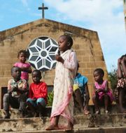 Barn utanför en kyrka i Kap Delgado i Moçambique. Arkivbild. Tsvangirayi Mukwazhi / TT NYHETSBYRÅN