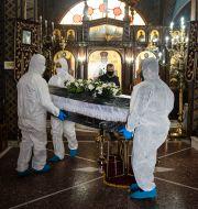 Begravning i en kyrka i Grekland.  Giannis Papanikos / TT NYHETSBYRÅN