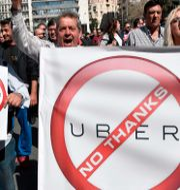 Protester mot Uber i Aten.  LOUISA GOULIAMAKI / AFP