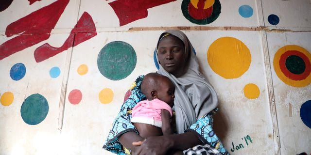 En kvinna och hennes barn vid en klinik i Anka i Nigeria i december. KOLA SULAIMON / AFP