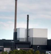 Jessica Stegrud (SD), Pär Holmgren (MP) och kärnkraftverken O2:an och O1:an utanför Oskarshamn TT