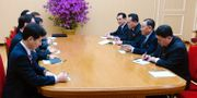 Den sydkoreanska delegationen i möte med nordkoreanska politiker på måndagen. TT NYHETSBYRÅN