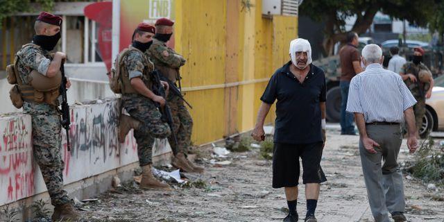 En skadad man i Beirut.  Hassan Ammar / TT NYHETSBYRÅN