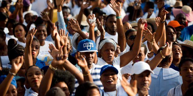 Haitier i Port-au-Prince under en procession som hedrar Jungru Maria, december, 2017. Dieu Nalio Chery / TT / NTB Scanpix
