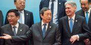 Kinas vice premiärminister Ma Kai (mitten) och Phillip Hammond (till höger) i Peking på lördagen. POOL / TT NYHETSBYRÅN