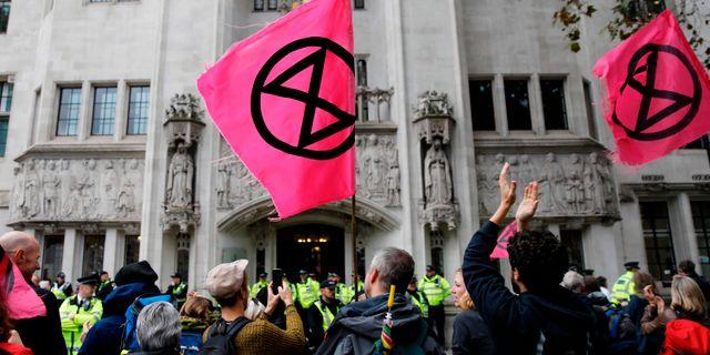 Klimataktivister utanför högsta domstolen i London. TOLGA AKMEN / AFP
