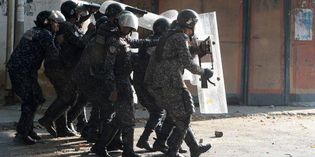 Polis under konfrontation med demonstranter.  FEDERICO PARRA / AFP