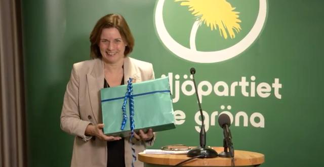 Isabella Lövin fick en avskedsgåva efter sitt tal. Miljöpartiet