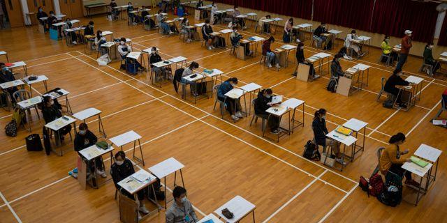 Studenter skriver examensprov i Hongkong. Jerome Favre / TT NYHETSBYRÅN