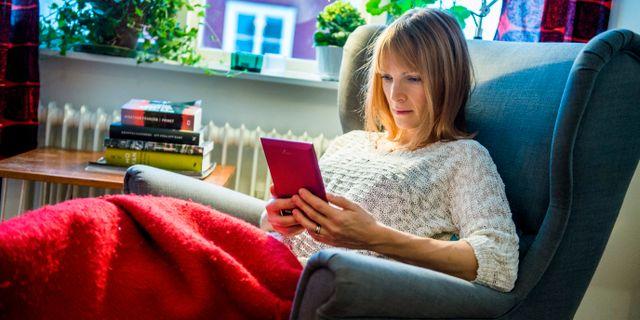 En kvinna läser en bok på en läsplatta. Claudio Bresciani / TT / TT NYHETSBYRÅN