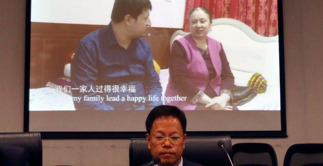 Arkivbild: Xu Guixiang, en av de propagandaansvariga för Xinjiangprovinsen i Kinas kommunistparti, lyssnar på en video där uigurer prisar Kinas politik gentemot muslimska minoriteter. Sam McNeil / TT NYHETSBYRÅN