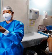Arkivbild: Kvinna vaccineras med Sputnik V. Jorge Saenz / TT NYHETSBYRÅN
