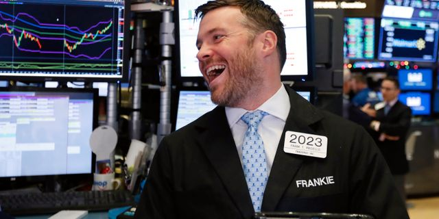 Illustrationsbild: Glad investerare på Wall Street. Richard Drew / TT NYHETSBYRÅN