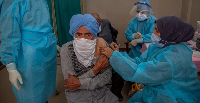 Man får vaccinspruta i Srinagar. Dar Yasin / TT NYHETSBYRÅN