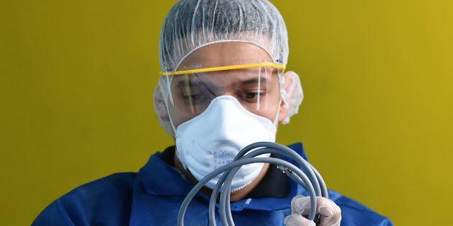 Personal ur räddningstjänsten hanterar material som används vid arbete med en coronasmittad patient. FRANCK FIFE / TT NYHETSBYRÅN