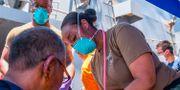 Amerikansk sjukvårdspersonal hjälper besättning som övergett en av oljefargyen som attackerades i Omanbukten.  JASON WAITE / Navy Office of Information